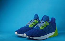 Nouvelles paires de chaussures de course colorées Images stock