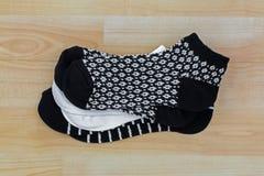 Nouvelles paires propres de socquettes confortables épaisses dans le blanc noir photos libres de droits