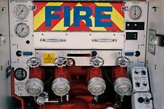 Nouvelles pompes et contrôles d'arrière de camion de Firefighers images stock