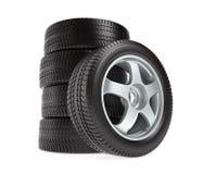 Nouvelles roues avec des pneus d'hiver d'isolement sur le fond blanc Image libre de droits