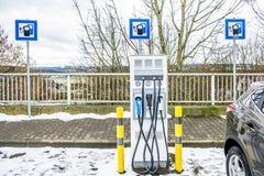 Nouvelles stations de charge à une station service en Allemagne Images stock