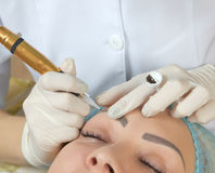 Nouvelles technologies dans le maquillage permanent Images stock