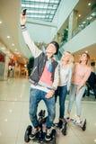 Nouvelles technologies modernes trois personnes sur le hoverboard faisant le selfie photo stock