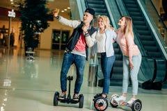 Nouvelles technologies modernes trois personnes sur le hoverboard faisant le selfie photographie stock libre de droits