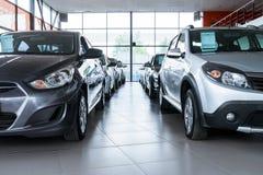 Nouvelles voitures à la salle d'exposition de revendeur images libres de droits