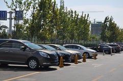 Nouvelles voitures en dehors d'un concessionnaire automobile Images libres de droits