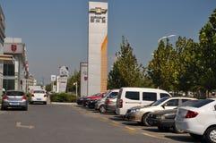 Nouvelles voitures en dehors d'un concessionnaire automobile Photo libre de droits