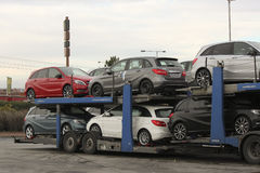 Nouvelles voitures Mercedes sur une plate-forme de transport Photos libres de droits