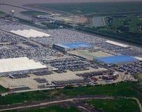 Nouvelles voitures sur le stationnement dans le port maritime photographie stock
