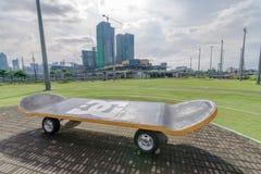 Nov. 30,2017 devant le modèle de planche à roulettes au circuit de globe Images stock