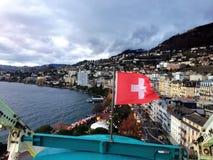 2017 24 Nov. Montreux Zwitser - Luchtmening van Kerstmismarkt en oude stad met Zwitserse nationale vlag in Montreux, Zwitserland Stock Foto's