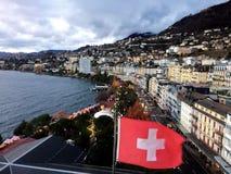 2017 24 Nov. Montreux Zwitser - Luchtmening van Kerstmismarkt en oude stad met Zwitserse nationale vlag in Montreux, Zwitserland Royalty-vrije Stock Afbeelding