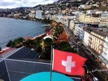 2017 24 Nov. Montreux Zwitser - Luchtmening van Kerstmismarkt en oude stad met Zwitserse nationale vlag in Montreux, Zwitserland Stock Afbeeldingen