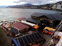 2017 24 Nov. Montreux Zwitser - Luchtmening van Kerstmismarkt en oude stad in Montreux, Zwitserland Royalty-vrije Stock Foto's