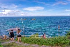 19,2017 nov. Toerist die bij Crystal Cove-eiland, Boracay lopen royalty-vrije stock foto