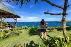 19,2017 nov. Toerist die foto nemen bij Crystal Cove-eiland, Boracay stock fotografie