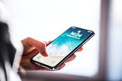 NOVA BANA, ESLOVAQUIA - 28 DE NOVIEMBRE DE 2017: Nuevo smartphone del iPhone X de Apple foto de archivo libre de regalías