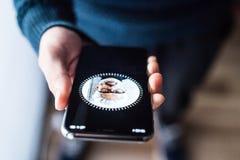 NOVA BANA, ESLOVAQUIA - 28 DE NOVIEMBRE DE 2017: Nuevo smartphone del iPhone X de Apple, identificación de la CARA fotos de archivo libres de regalías