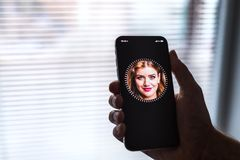 NOVA BANA, SLOWAKEI - 28. NOVEMBER 2017: Neuer Apple-iPhone X Smartphone, GESICHTS-Identifikation lizenzfreies stockbild