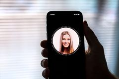 NOVA BANA, SLOWAKIJE - 28 NOV., 2017: Nieuwe Apple-iPhone X smartphone, GEZICHTSidentiteitskaart stock foto's
