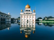 NOVA DELI, ÍNDIA - 25 de abril de 2019, Nanak Piao Sahib, Gurdwara, sarovar, lagoa de água imagens de stock