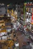 NOVA DELI, ÍNDIA - 12 DE DEZEMBRO DE 2016: Mercado de rua indiano ocupado Imagens de Stock