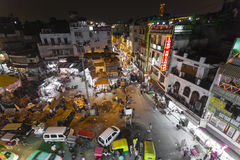 NOVA DELI, ÍNDIA - 12 DE DEZEMBRO DE 2016: Mercado de rua indiano ocupado Foto de Stock