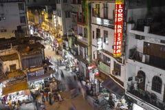 NOVA DELI, ÍNDIA - 12 DE DEZEMBRO DE 2016: Mercado de rua indiano ocupado Fotos de Stock Royalty Free