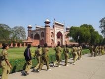 Nova Deli, Índia, o 21 de novembro de 2013 As meninas no uniforme vão à entrada ao forte vermelho foto de stock royalty free