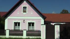 Nova Hlina, República Checa, o 2 de setembro de 2018: Arquitetura decorativa tradicional popular de Boêmia sul na vila video estoque