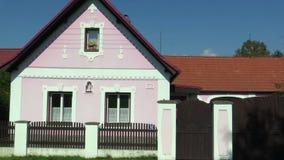 Nova Hlina, República Checa, o 2 de setembro de 2018: Arquitetura decorativa tradicional popular de Boêmia sul na vila vídeos de arquivo