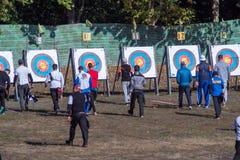Nova Kakhovka, Ucrânia, o 3 de outubro de 2018 campeonato do tiro ao arco de Ucrânia os arqueiros vão puxar setas foto de stock