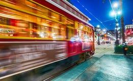 NOVA ORLEÃES - 11 DE FEVEREIRO DE 2016: Elétrico de Nova Orleães na noite, Imagens de Stock