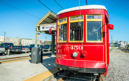 NOVA ORLEÃES, EUA - 11 DE FEVEREIRO 2016: Linha do elétrico de Nova Orleães imagem de stock