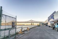 NOVA ORLEÃES, LA - EM FEVEREIRO DE 2016: Riverwalk no por do sol para Mardi G Fotos de Stock