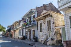 Nova Orleães, LA/USA - cerca do fevereiro de 2016: Casas coloniais velhas nas ruas do bairro francês decoradas para Mardi Gras imagens de stock