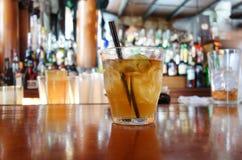 NOVA ORLEÃES, LA/USA -03-17-2019: Um cocktail de Sazerac na barra da barra e do restaurante de Napoleon House em Nova Orleães fra foto de stock