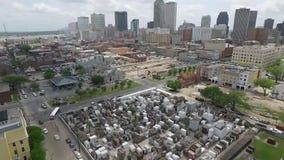 NOVA ORLEÃES, LOUISIANA - 11 DE ABRIL DE 2016: Voando sobre Nova Orleães, Louisiana cityscape Saint Louis Cemetery Obje Sightseei filme