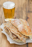Nova portoghesi tipiche di vendas di bifanas del piatto con vetro di birra sul piatto bianco Fotografia Stock Libera da Diritti