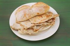 Nova portoghesi tipiche di vendas di bifanas del piatto sul piatto bianco Immagine Stock