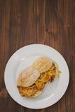 Nova portoghesi tipiche di vendas di bifanas del piatto sul piatto bianco Fotografie Stock