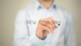 Nova tecnologia, escrita do homem na tela transparente Imagens de Stock