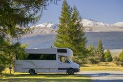 NOVA ZELÂNDIA 16 DE ABRIL DE 2014; Caravana em acampamentos ilha sul, Nova Zelândia Imagem de Stock Royalty Free