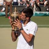 Novac Djokovic, Servische speler, winsten Wimbledon voor de vierde keer In de foto kust hij zijn trofee op centrumhof royalty-vrije stock foto's