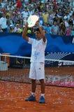 Novak Djokovic avec le trophée de champions Photos stock