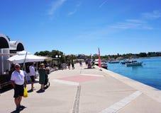 Novalja, Chorwacja, Jun 23, 2018 Nabrzeże w Novalja, popularny turystyczny miejsce przeznaczenia w Chorwackiej wyspie Pag Zdjęcia Stock