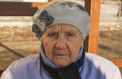 Novanta anni di donna anziana rigorosa Fotografie Stock