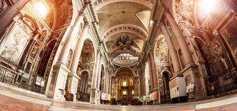 Novara, Itália - 17 de outubro de 2016: Palácios antigos e de basílica do St Gaudenzio abóbada, Novara, Piedmont, Itália Vista pa fotografia de stock