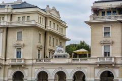 Novara, Italië Teatro Coccia De klassieke witte bouw met een beeldhouwwerk van een leeuw Royalty-vrije Stock Foto