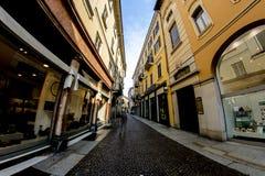 Novara, Italia - 17 de octubre de 2016: Calle con los boutiques en los edificios antiguos de Italia imagen de archivo libre de regalías